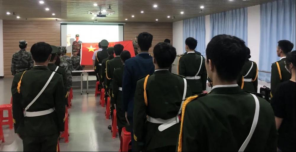 我校国旗护卫队举行换届暨交接仪式